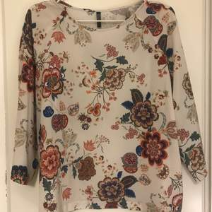 Perfect condition off-white blouse with flower print from the brand Lindor Black Label. Size marked as L but would rather fit an M/S.