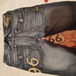 Fina jeans.... låg midja o smala ben . storlek 25 tum....frakt 66 kr