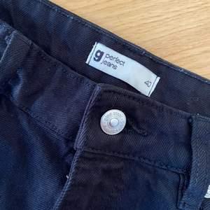 Ett par svarta jeans från Gina tricot i storlek 40. Storleken sitter som 38/40 så passar i båda storlekarna. Aldrig använda och är i bra skick. Sitter bra i längden.