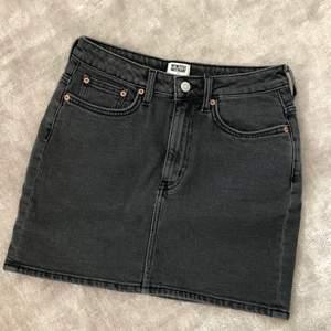 Svart pennkjol kjol i jeans med lite stretch, superfina att ha högmidjade men går att dra ned den för att få lowrise men då blir den alltså längre. Den är från Weekday i storlek 36. Vid frågor är det bara att skriva! 💖