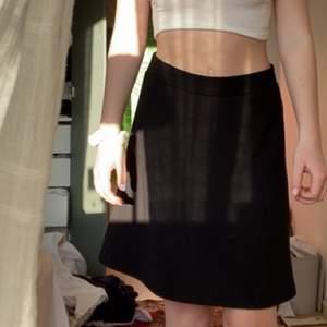 Svart basic kjol från esprit köpt på sellpy💕 jag är 178 cm, den slutar precis över knäna