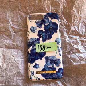 Skalet är använt ganska mycket. Är en vit bakgrund med blåa blommor på. Några repor på skalet men skyddar fortfarande mobilen bra. Säljer detta på grund av att jag fått en ny mobil. Eftersom att det är lite skador säljer jag den för ett billigare pris än vad du hade kunnat få i butik. 😀🍏 vid intresse kommer det komma fler bilder på skalet. ❤️