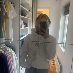 Helt ny hoodie från Levis i storlek XSS men skulle säga mer som en Xs , endast testat men prislappen är inte kvar! Ny pris ( 500kr) säljer för 200kr + frakt,