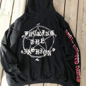 Coolaste oversized hoodien med tryck på baksidan! Texten där bak är glittrig🤍 så najs att använda istället för jacka på sommarkvällar