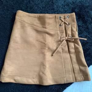 Superfin kjol i ett mocka liknande material från zara i jättefint skick, skulle säga att den har en lite mörkare färg än vad som syns på bilden, säljer då den blivit för liten