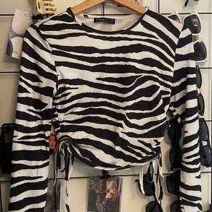 Tröja från Shein med zebra mönster, har coola knytningar på sidan så att man kan justera längden. Storlek S, aldrig använd