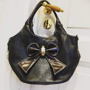 Heyy! this bag is from the brand J &D paris. its a really pretty bag. its in dark shades but are still super duper cute and stylish!!💞 please message me if ur interested in buying! (Btw yes, theres a bow on the front of the bag)! -love yall!💞💞