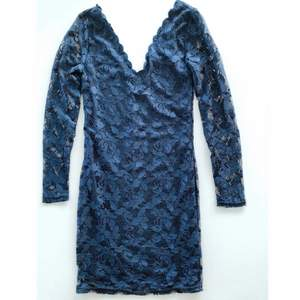 klänning från VILA. Inköpt på VILA förra vintern, endast använd en kväll. Strl XS. Marinblå. Finaste skick! Hela klänningen är av spets, har ett innerfoder/undertyg över hela klänningen förutom på armarna, där det endast är spets. Längd ca 91 cm.