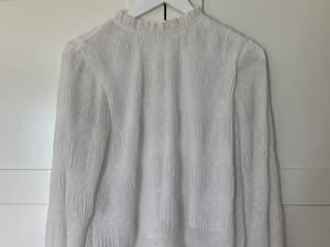 Säljer en jätte fin blus ifrån Nelly! Jätte fina ärmar och rygg! Perfekt inför sommaren. Inte genomskinlig då den har innertyg!!😚✨