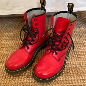 Säljer mina Dr. Martens pga. för små för mig. De är inte använda särskilt mycket så sulan är i princip i nyskick, men det är ett lite repmärken framme vid tårna på båda skorna, se bild. Annars är de så gott som nya!