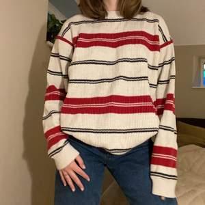 En super mysig stickad tröja köpt på secondhand, i bra skick utan hål eller slitningar. Den är i L och passar perfekt oversized på mig som är en S, så skulle säga att den passar XS-L💕 Budgivning i kommentarerna, startpris 100kr, endast seriösa bud☺️