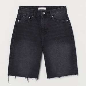 Fina svart/gråa jeansshorts från HM i storlek 32. Passar tyvärr ej mig längre och därför inga egna bilder! För passform se bild 2! Köparen står för frakt💖
