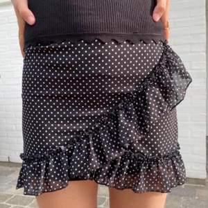 En prickig kjol från designbysi i storlek xs/s, aldrig använd