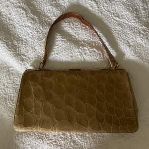 Unik vintage väska i ormskinnsmönster🤎 rymlig!!