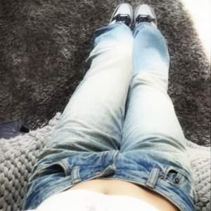 Y2k jeans som sitter väldigt lowwaist. W33L34 mindre i storleken och mer utav en lågmidjad w29-w30!! Säljer då de är för små för mig med w33-w34 i lowwaisted tyvärr 😔 Första är lånad på ett par jävligt lika jeans
