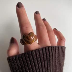 En simpel ring i brun färg med hjärt-våningar!!! Ringen finns i diamant versionen & UTAN. 🤎🤎🤎 (ALLA STORLEKAR FINNS)