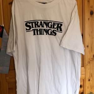 Snygg Stranger things tröja! Perfekt för det ultimata fanet! Nästan helt oanvänd. Kommer från rökfritt hem.