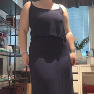 marinblå långklänning som funkar till fest men också vardaglig. jag är 161 och täcker precis fötterna på mig. ungefär tre år gammal men använd två gånger på studentfest och avslutningsfest. (hör av er för fler bilder)