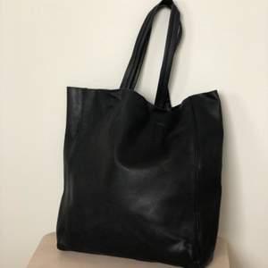 Säljer väska inköpt från Urban outfitters i märket BDG, oklart om det är riktigt läder eller inte. Har två skavanker, en skavning på en rem och knapparna för att stänga väskan funkar inte. Hämtas i Sollentuna, alt fraktas 💖