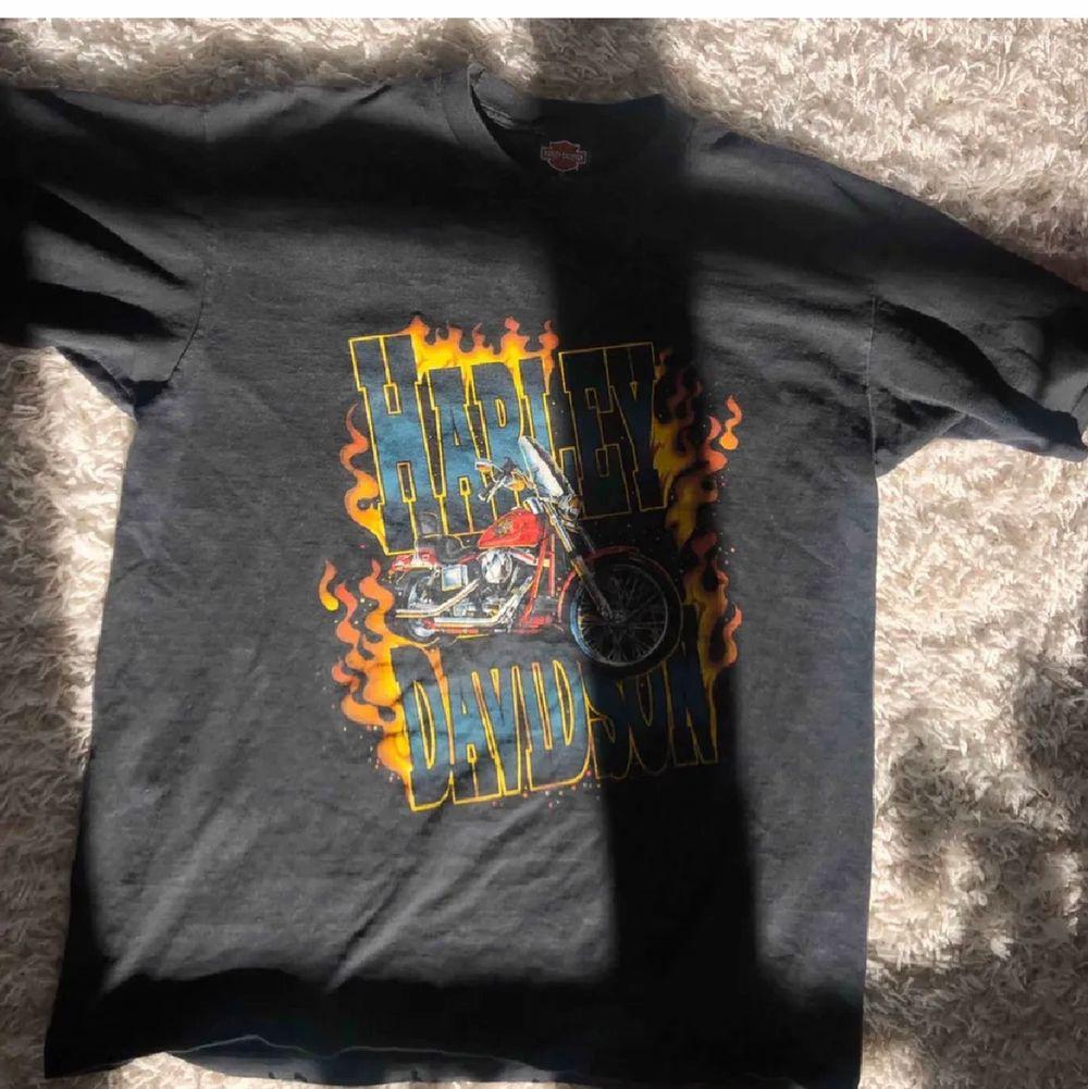 Harley Davidson T-shirt! Så sjukt snygg, men används inte så ofta längre! Frakt: fri. T-shirts.