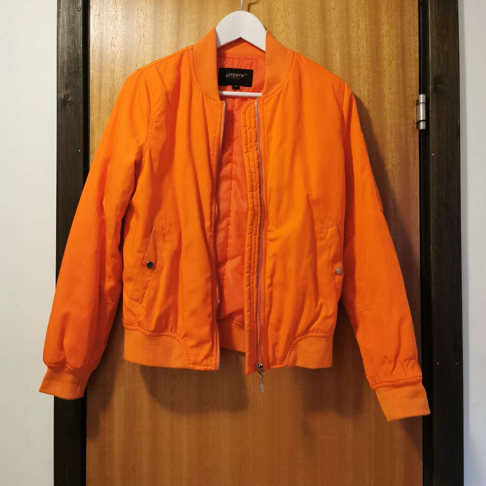 Orange bomberjacka i strl 34, frakt ingår i priset 🧡. Jackor.