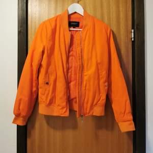 Orange bomberjacka i strl 34, frakt ingår i priset 🧡