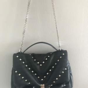Säljer denna fina och så rymliga väskan från Zara❤️sparsamt använd! Pris+frakt