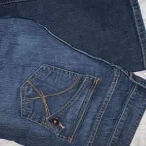 Säljer dessa coola flared jeans i storlek 42!❤️ 85cm midja och 78cm innerbenslängd, jag är 172cm och bär vanligtvis W28-29💖