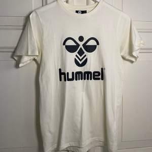 Säljer en vit hummel t-shirt i storlek 164 cm, nyskick, 100 kr + frakt