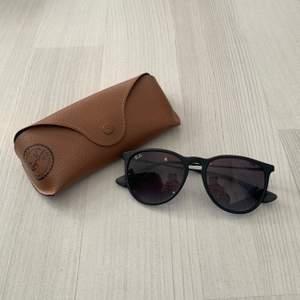 Solglasögon från rayban i modellen Erika. De är så gott som nya, har inte en enda repa! De är såklart äkta! Nypris: 1500kr. Kan mötas upp i Jönköping/Vaggeryd annars tillkommer fraktkostnad🖤