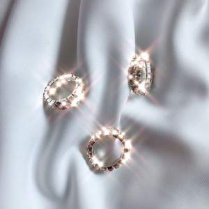 Superfin ring med strass. Elastisk så storleken anpassas efter fingret. 65 kr st 🤍✨