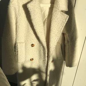 Superfräsch kappa från Gina i storlek 34 men skulle säga att den passar upp till 38, skriv för bättre bilder😇 frakt ingår ej