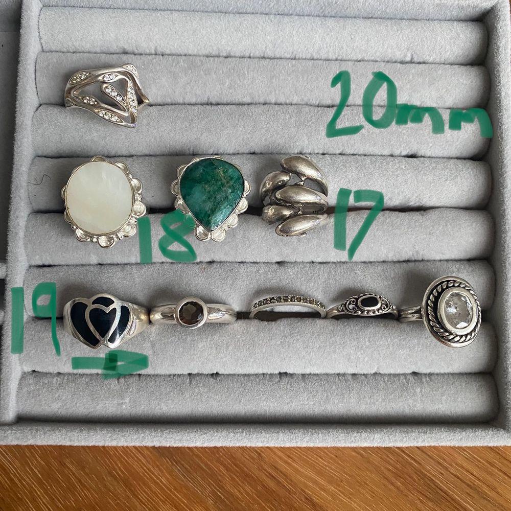 LÄS HELA ANNONSEN VID INTRESSE🌼                               Jättefina vintage stämplade silverringar i olika skick och storlekar! På FÖRSTA bilden ser ni vilken pris klass dem tillhör KLASS 1=180/st KLASS 2=130/st KLASS 3=100kr/st!    På ANDRA bilden ser ni storlekarna! Har försökt mäta och skriva på bilden så gått det går men har ni frågor hör av er! SKICKA SCREENSHOT PÅ RINGEN DU ÄR INTRESSERAD AV och ifall fler är intresserade av samma är det högsta bud som vinner!😊💕. Accessoarer.