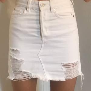 Säljer denna fina vita kjol med lätta slitningar. Sitter super fint på kroppen men är för tajta för mig över höften! (Därav säljer jag dem) Jag är en 15 årig tjej och mina höfter har växt mycket sedan i somras... Kjolen är knappt använd och sitter så fint!