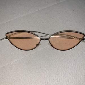Rosa solglasögon kommer med fodral
