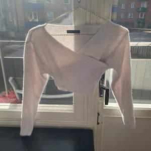 En fin omlott tröja i storlek S i bra kvalitet. Det är en magtröja och den är så extremt skön. Säljer då den är för liten i bysten för mig. Köparen står för frakten, 50kr + frakt