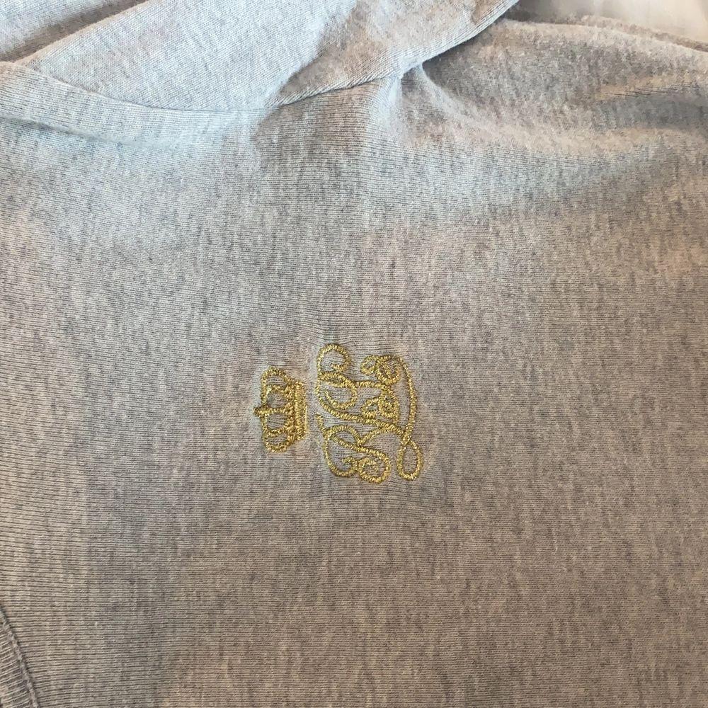 Äkta Ralph Lauren tröja använd en gång så den är i princip nyskick. Ljusgrå färg och men långa ärmar. Tröjor & Koftor.