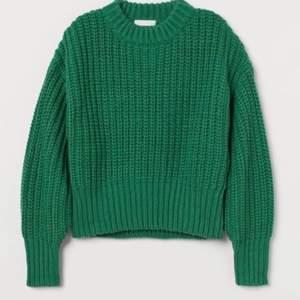 En grovstickad tröja i mjuk kvalitet med inslag av ull. Tröjan har kraftigt nedhasad axel och lång ärm. Ribbstickad kant kring halsringning, vid ärmslut och i nederkant. Polyestern i tröjan är återvunnen.