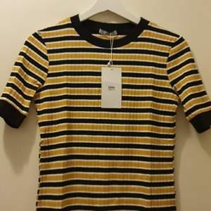 Randig tröja från Zara.Aldrig använd.Strl M men liten I passformen.