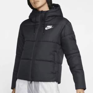 En Nike jacka som passar perfekt till vår och höst. Den är i väldigt bra kvalitet och har bara andväntds fåtal gånger🥰 Kom privat för mer bilder. ( jackan har exempelvis två sider så du kan vänta på den och då har den ett Nike märke på ryggen) 💕💕 köparen står för frakten🥰