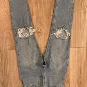 Jeans använda ca 2 ggr. Sitter tajt över rumpan, mom jeans. Jätte fint skick.