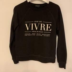 En svart sweatshirt i small. Super skön, rensar min garderob och använder inte denna tröjan längre. Jag själv är en small och den är perfekt i storleken.