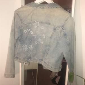 Jeansjacka med cool rygg med stjärnor och pärlor.⭐️💫✨ Frakten ingår i priset.💛