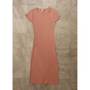 En super fin klänning i dusty pink i storlek S 🌸 Materialet är tunn och stretchig, vilket passar bra när det blir varmt snart! Jag är 170 och den når under mina knäna.