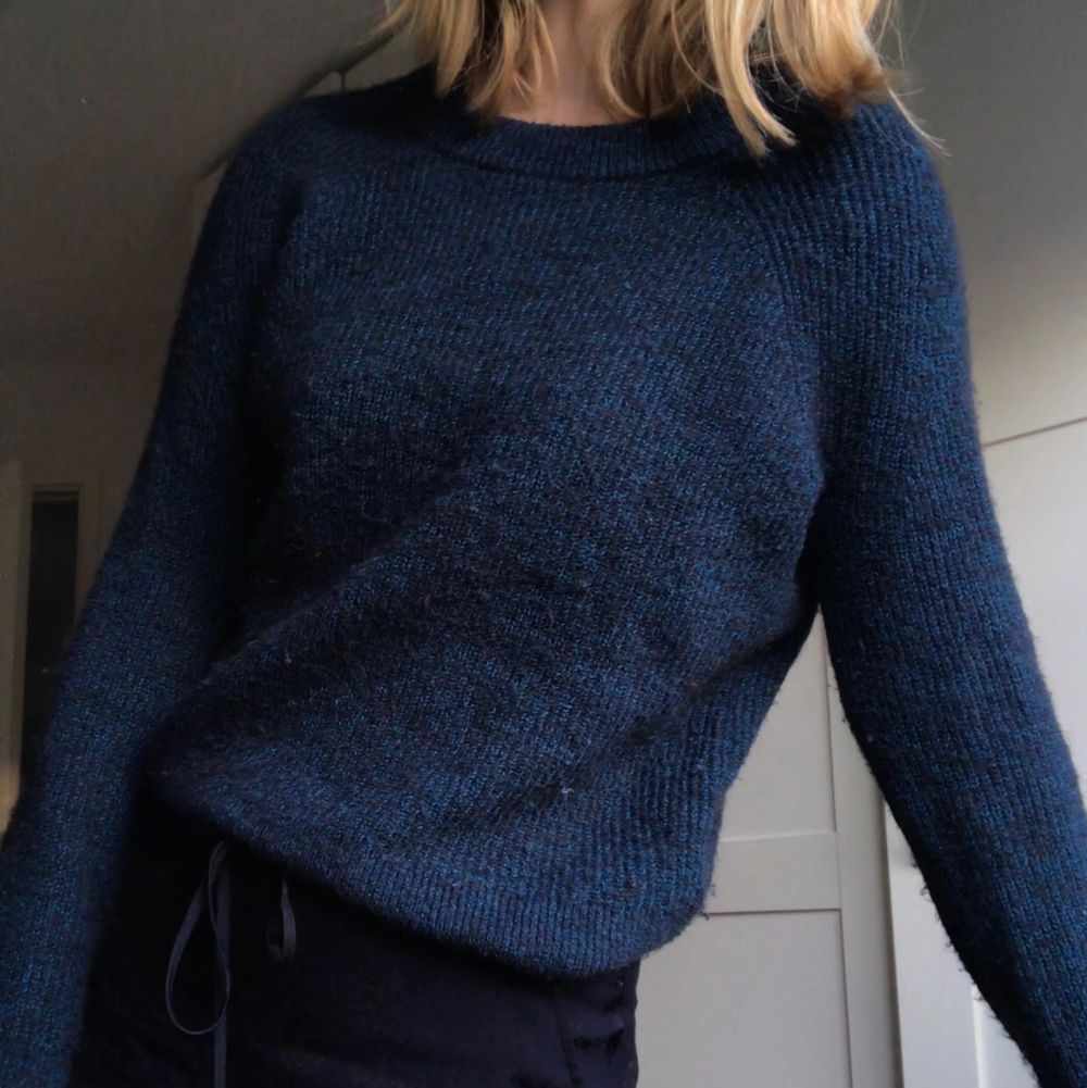 Superfin blå/marinblå tröja från Cos. . Stickat.