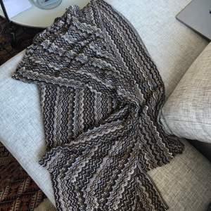 En fantastiskt fin halsduk/filt från missoni. Den är stor så funkar somsagt både som halsduk men även som filt eller pläd på sängen. Skriv vid intesse så kan vi diskutera pris 🖤