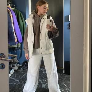 """Säljer denna superfina bruna hoodien! Den är från urbanoutfitters men märket är """" iets frans """". Den är i super fint skick då jag knappt använt den. Innuti är den supermjuk🙌 Den är i st S och sitter skönt å oversize på mig som bär XS/S. Hör av dig om du vill ha fler foton! Nypris låg runt 600"""