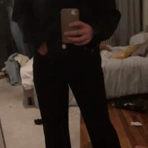 Jätte fina enkla breda  svarta högmidjade  jeans från bohoo använd nån gång men för lösa i midjan på mig💓💓stl 36