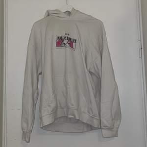 Säljer den a hoodie pga att ja växt ur den , den passar både m och s beroende på hur man vill ha passformen, det är en oversized modell