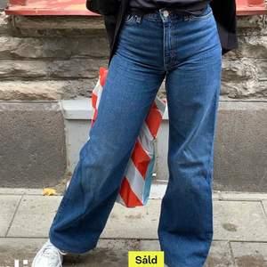 Jätte snygga jeans ifrån monki som inte längre passar mig!! Det är en storlek 24 , passar en Xs!💖🥰 jag är 160 cm och de passar mig perfekt i längden!🥰 frakt tilläggs 66kr!! Hör av er vid alla typer av frågor OBS DEM ÄR INTE SÅLDA (det var en gammal annons)